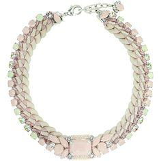 Tour de cou en m�tal de couleur argent, embelli d'un tressage en satin rose p�le, orn� de pierres en r�sine et de cristaux taille ronde. Une broche d�tachable, orn�e d'une pierre en r�sine rose poudr� vient embellir cette pi�ce.