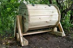 Garden Composting DIY Wood Barrel Compost Bin - Do you have a compost bin? Do you even compost? If not, you're missing out on a wonderful way to add nutrients to your gardening this spring. If you have never had a compost bin, now is definitely the. Compost Diy, Diy Compost Tumbler, Compost Barrel, Garden Compost, Build Compost Bin, Compost Maker, Composting Bins, Bokashi, Compost