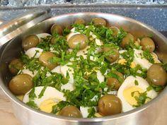Hoje trago-vos a receita do nosso almoço de hoje. É bastante simples, saudável e económica.        Ingredientes  3 postas de bacalhau demol...