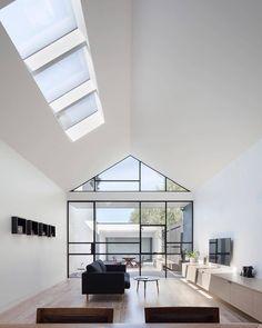 Mais iluminada impossível! No projeto do DX Architects, a sala foi favorecida com muita luz natural pelas aberturas zenitais e por muito vidro, uma linda opção para substituir paredes convencionais e integrar espaços.  Foto: Tatjana Plitt