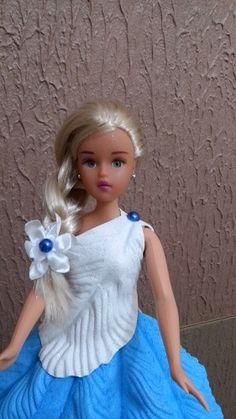 VAMOS BRINCAR DE BONECA? lindos vestidos com os modelos das princesas e personagens das histórias em quadrinhos! Roupas confeccionadas em EVA