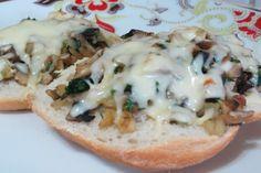 Este snack es fabuloso para ofrecer a los invitados antes de una cena, a los amantes del ajo y la cebolla les encantará. Ingredientes (para dos personas) 1 marraqueta (puede servir tu tipo de pan favorito) 1/4 de cebolla 1 ramita de perejil 1 diente de ajo 150 grs de champiñón aceite de oliva ...