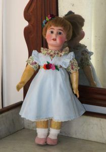 Antique bisque doll (porcelain) in good condition. The head presented a small crack has been restored leaving it in impeccable condition.  On the back of the head it is marked with number 190 and number 2. Doll of unknown origin.
