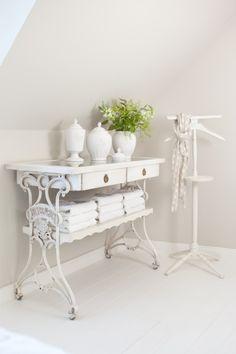25-idées-mobilier-style-vintage-table-blanche-pieds-métalliques-tiroirs