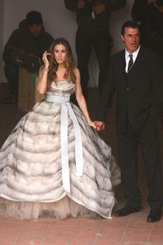 PELÍCULA 2 - Siempre marca tendencia aunque no sea con las prendas de la temporada. En esta ocasión, Carrie luce un diseño de Dolce & Gabbana de la temporada otoño-invierno 2008.