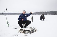 Dat is nog eens beet! Staat ijsvissen ook op jouw #bucketlist? Tijdens een vakantie in #Finland kan het.