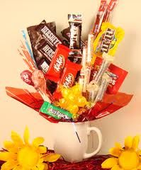 My grandma and grandpa use to own a store and this is what they did. They were really pretty. How To Make A Candy Bouquet In A Coffee Cup Creative Gifts, Cool Gifts, Best Gifts, Cute Crafts, Diy And Crafts, Arts And Crafts, Craft Gifts, Diy Gifts, Chocolates