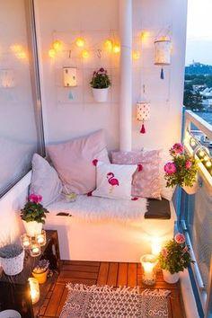 Balkon Ideen - Balkon gemütlich gestalten mit DIY Lampions aus Stickrahmen - kleiner Balkon mit Sitzecke