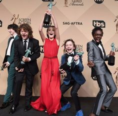 Celebrations from Stranger Things Kids Have the Best Time During 2017 Awards Season The kids looked overwhelmed with excitement after their big win, holding up their trophies with pride. Stranger Things Actors, Stranger Things Aesthetic, Stranger Things Funny, Eleven Stranger Things, Stranger Things Netflix, Stranger Things Season, Millie Bobby Brown, Sag Awards, Awards 2017
