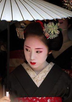 Maiko in Kyoto, Japan. Traditional Japanese Art, Traditional Fashion, Traditional Outfits, Fleurs Kanzashi, August Colors, Memoirs Of A Geisha, Hanabi, Ancient Beauty, Kimonos