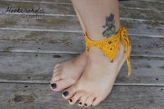 Bermuda Trianlge Anklet Cuff free crochet pattern.  This pattern is perfect to add a little splash to your summer wardrobe.  It looks great on the beach.