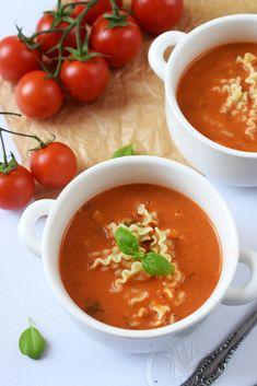 Domowa zupa pomidorowa… Tojest to! Szczególnie wostatnie zimne dni powinniśmy jeść jak najwięcej taki ciepłych, rozgrzewających zup. Pomidorówka jest naogół lubiana przezwszystkich, jednak każdy robi ją poswojemu iile osób, które ją przyrządza tyle jej interpretacji ismaków. Jedni ją jedzą jedynie zryżem, zaś inni zmakaronem. Ja postawiłam namocno pomidorowy smak, dzięki podsmażonym pomidorkom ipassacie pomidorowej. Wykonanie: … Cheap Healthy Family Meals, Kids Meals, Food Design, I Love Food, Food And Drink, Menu, Cooking Recipes, Vegan, Dinner