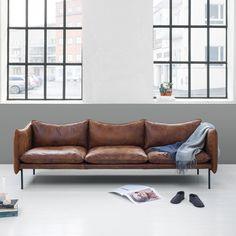 Tiki soffa (cognac) är en visuellt enkel soffa med hög komfort. Tiki har ett svävande lätt, men samtidigt informellt uttryck. Dess formmässiga huvudgrepp är knutet till soffans övre linje och siluett. Linjen påminner om något mjukt och anpassat, som kommer formas och stöpas med tiden. I denna linje ligger Tikis identitet, i den tunna och visuellt lätta konstruktionen. Designer: Andreas Engesvik
