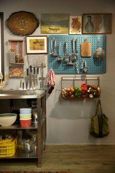 O mural organizador de utensílios foi comprado na Leroy Merlin e pintado de azul com tinta martelada. A cesta de ferro onde guardamos os legumes e frutas é da Ethnix. http://panelinha.ig.com.br/