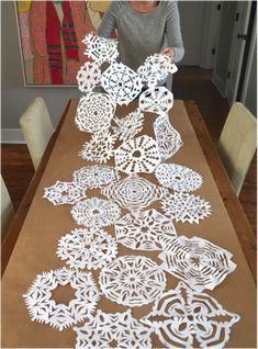 21 DIY Christmas Paper Decorations Paper Snowflake Table Runner from You are my Fave Diy Christmas Paper Decorations, Diy Christmas Snowflakes, Noel Christmas, All Things Christmas, Holiday Crafts, Paper Snowflakes, Frozen Table Decorations, Diy Snowflake Decorations, Snowflake Party