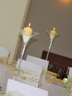 Vysoké martini dekoračné sklá so sviečkami.