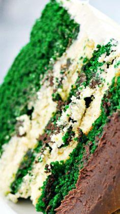 Green Velvet Cheesecake Cake topped with a Irish Cream Chocolate Ganache ~ Delish! Green Velvet Cake, Green Foods, Delicious Desserts, Dessert Recipes, Cupcake Cakes, Cupcakes, Twix Cookies, Cheesecake Pie, St Patricks Day Food
