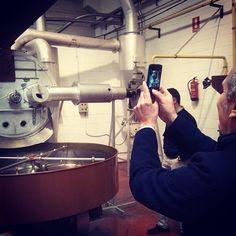 """@Monkee Koffee's photo: """"Óscar MK fotografiando una máquina para tostar café en Supracafé."""""""