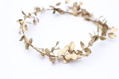 DIY: How to make a holiday leaf crown You can pay hundreds of dollars to pay for a gold wreath or you can pick some greenery from your garden do this super easy DIY yourself. It's the perfect dash of gold to your wedding ensemble. Wedding Blog, Dream Wedding, Wedding Ideas, Wedding Trends, Perfect Wedding, Gold Wedding Crowns, Wedding Headband, Wedding Hair, Gold Leaf Crown