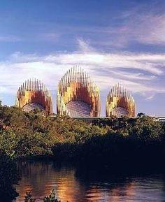Compatibilizar o programa de um centro cultural com a idéia de construção de um símbolo da civilização kanak que, no entanto, s...