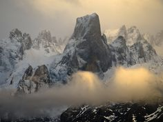Picos De Europa I want to go there so bad. look at all that rock-climbing Asturias Spain, Beautiful Places, Beautiful Pictures, Fantasy Places, Spain And Portugal, Sunset Photography, Travel Around The World, The Great Outdoors, Wonders Of The World