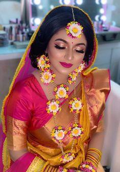 OMG kya ladki hai yaar beautiful 😍😍😍👌 agar dulhan ye rahegi to pakka ye dilwala (me) ye dulhaniya sari duniya se ladke le jayega love u… Mehendi Outfits, Indian Bridal Outfits, Flower Jewellery For Mehndi, Flower Jewelry, Gota Patti Jewellery, Wedding Makeover, Bengali Bride, Designer Bridal Lehenga, Groom Poses