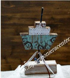 Επιτραπέζιο καραβάκι   σε βάση  στολισμένα με λευκή  δαντέλα και χαντρα.
