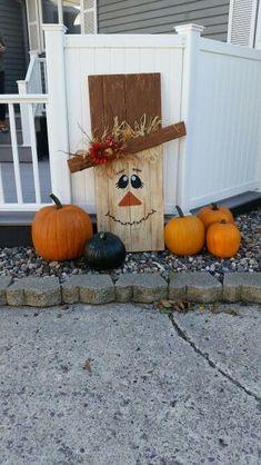 Pallet scarecrow by jami Wood Scarecrow, Scarecrow Crafts, Scarecrows, Scarecrow Face, Scarecrow Painting, Fall Halloween, Halloween Crafts, Halloween Decorations, Halloween Makeup