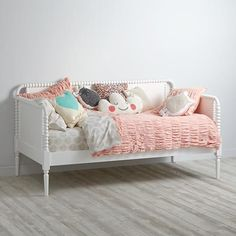 Our white Jenny Lind kids daybed is perfect for your guest room, living room or for story time. Shop for daybeds at The Land of Nod. White Trundle Bed, Black Daybed, Trundle Beds, Bunk Beds, Murphy Bed Couch, Murphy Bed Plans, Guest Room Decor, Childrens Room Decor, Decor Room