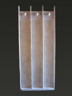 """Attaccapanni in legno da muro con inserti in paglia di Vienna. Pezzo di arte povera decorato con la tecnica del """"Decapè""""."""