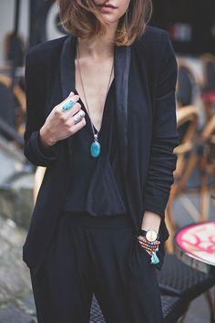 Total look noir, blazer noir, top noir, pantalon noir et collier opéra . comment accessoires une tenue? https://one-mum-show.fr/colliers/