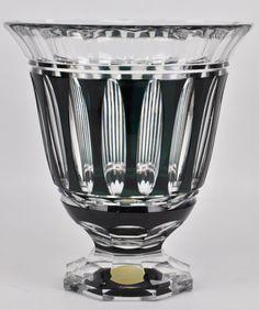 Een vaas op octagonale voet van geslepen kristal, groen gekleurd in de massa. Gemerkt