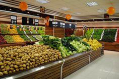 Supermarkets grocery store designs Adrián: lineales de frutas y verduras con un amplo espacio para cada producto, se obsevra elegancia y simplicidad
