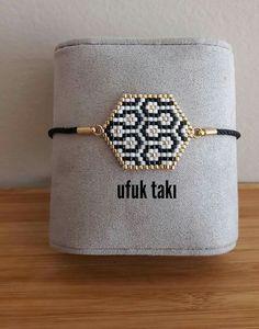 Bracelet stylisé - Vids Tutorial and Ideas Bead Crochet Rope, Crochet Bracelet, Bead Loom Bracelets, Jewelry Bracelets, Jewellery, Beaded Jewelry Patterns, Bracelet Patterns, Beading Patterns, Diy Jewelry