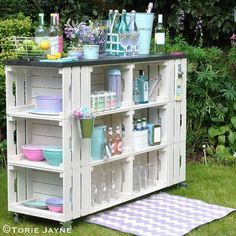 outdoor bar tutorial with step by step instructions DIY outdoor bar tutorial with step by step instructions.DIY outdoor bar tutorial with step by step instructions. Pallet Furniture, Garden Furniture, Furniture Ideas, Outdoor Projects, Home Projects, Diy Außenbar, Crate Bar, Diy Outdoor Bar, Outdoor Storage