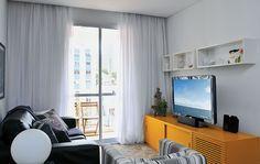 50 salas pequenas e cheias de estilo - Casa ///// O móvel da TV amarelo, deu uma leveza e alegria ao ambiente.