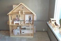 JontiWorks houten poppenhuis met meubelen.
