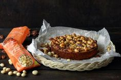 Pähkinöitä on toki kiva ja terveellistäkin napostella ihan päivittäin, mutta leivonnassa niiden sesonki on ehdottomasti vuoden pimeimpänä aikana. Jyväskyläläisen Foodinin valikoimiin kuuluu runsaasti erilaisia pähkinöitä, joihin voit tutustua täällä. Pohja on valmistettu gluteenittomista quinoajauhoista, jotka voit halutessasi korvata vehnäjauhoilla, mikäli leivonnaisen ei tarvitse olla gluteeniton. Leivo herkullinen pähkinäpiiras talvikauden illanistujaisiin. Muffin, Food And Drink, Menu, Breakfast, Menu Board Design, Morning Coffee, Muffins, Cupcakes