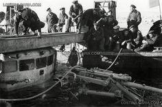"""Soudeur enlève l'avant de la timonerie du destroyer """" stout """" pour être soulevée à l'aide la construction de pontons et poutres d'acier . Le navire a coulé le 15 Octobre 1942 à la jetée à Varna , en raison des résidus de fourneaux mal entreposés, tuant sept membres de l'équipage . Peu de temps après l'incident, le navire a été retiré , réparé et à nouveau de retour en action ."""