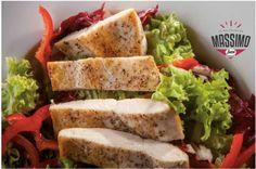 Salată mixtă cu ardei roșii, roșii cherry, felii de pui la grătar, dressing italian - sos semnătură a bucătăriei Massimo servită cu pâine tipic italienească pentru o călătorie culinară la prânz.  Il vero gusto italiano! Massimo. Timisoara. #food #italian #dinner #lunch #yummy #eat #tasty #pizza #salad