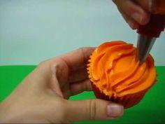 Cómo hacer una calabaza con manga pastelera. http://www.sweetpepitas.es/2012/10/cupcakes-halloween-calabazas.html #decoracion #halloween #receta