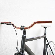 PIEMONTE HANDCRAFTED BIKE HANDLEBARHandmade Bike Handlebar in Mogano / Wengé / Cedar WoodHandcrafted by Classica bikesSize: 54cm Fit only in Threadless 25.4mm stems  Diameter 23.8mmShipping delivery 20 business days.PRICE 870 RMB