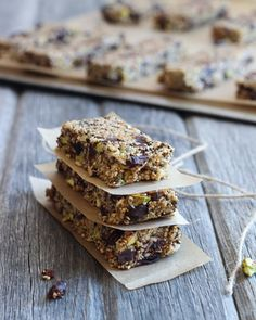 Puffed Amaranth, Pistachio and Dark Chocolate Granola Bars-made with chia, hemp and sesame seeds for extra protein and energy! #grainfree
