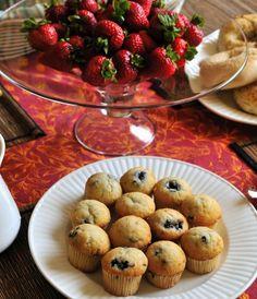 Tante idee per preparare un goloso buffet di compleanno per la festa dei vostri bambini. Cosa possiamo proporre nel nostro menù? L'obiettivo è molteplice: cibi sani e colorati e allo stesso tempo golosi, poca fatica, e anche poca spesa.  La prima ricetta da fare assolutamente è quella dei muffin: sono facilissimi da fare, si prestano ad essere farciti con molti ingredienti diversi (dalla frutta al cioccolato) e sono contemporaneamente sani e golosi. Per esempio i muffin al cacao o ripieni…