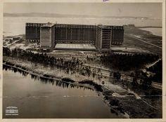 Construção dos prédios da Universidade Federal do Rio de Janeiro, na Ilha do Fundão, 26 de novembro de 1961. Arquivo Nacional. Fundo Correio da Manhã. BR_RJANRIO_PH_0_FOT_06868_18