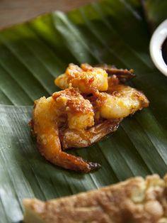 Sambal Prawns served on a Fresh banana leaf Indian Foods, South Indian Food, Indian Food Recipes, Ethnic Recipes, Malaysian Curry Powder Recipe, Malaysian Food, Prawn, Southeast Asia, Banana