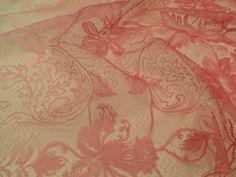 TULE BORDADO OMBRE. Tule de poliamida bordado com motivos florais, apresente degradê da cor principal para o Branco, tecido extremamente leve. Ideal para modelagens que exijam fluidez. Sugestão para confeccionar: vestidos, saias, batas, detalhamento de peças, entre outros.
