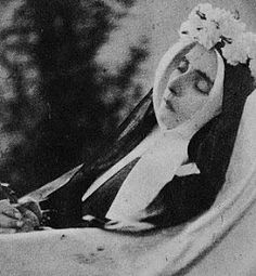 This is the incorruptible body of Catholic Saint Bernadette Soubirous of Lourdes, France in the Church of St. Gildard at the convent . Ste Bernadette, St Bernadette Of Lourdes, St Bernadette Soubirous, Incorruptible Saints, Our Lady Of Lourdes, Catholic Saints, Gods Love, Alice In Wonderland, Jesus Christ
