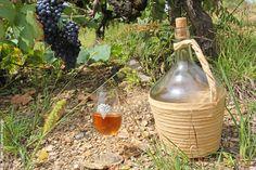 Le ratafia est un apéritif traditionnel de l'Aveyron. En effet, il n'est pas rare que chaque famille de vignerons en produise lors des vendanges pour sa famille ou ses amis.   Le ratafia est obtenu avec du moûtde raisin et de l'eau-de-vie de marc, que l'on mélange initialement et qu'on laisse ensuite fermenter et …