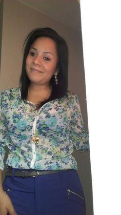 Blusa floreada NIOBE, pantalon azulino ETC WOMAN, accesorios UNIQUE